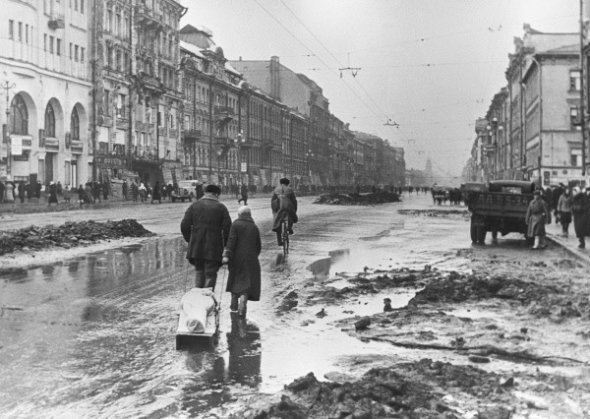 leningradians-on-nevsky-avenue-during-the-siege-1942